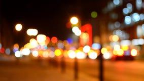 Lumières colorées brouillées sur égaliser la rue banque de vidéos