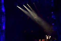 Lumières colorées d'étape au concert Image stock
