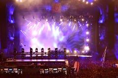 Lumières colorées d'étape au concert Image libre de droits