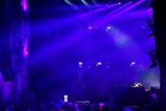 Lumières colorées d'étape au concert Photographie stock libre de droits