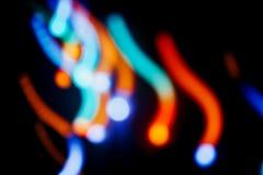Lumières colorées de bokeh sur le fond noir Ville de nuit image stock
