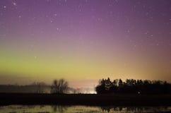 Lumières colorées de Norther au-dessus de route éloignée Photos libres de droits