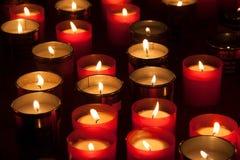 Lumières commémoratives dans l'ancien camp Auschwitz-Birkenau de concentration et d'extermination Photographie stock libre de droits