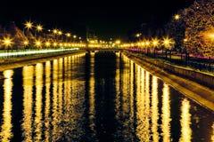 Lumières d'éblouissement par le fleuve Photographie stock libre de droits