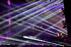 Lumières d'étape à un concert vivant d'EDM Image libre de droits