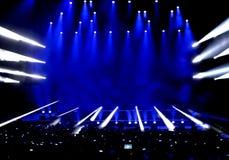 Lumières d'étape de représentation au concert vivant Photographie stock libre de droits