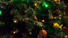 Lumières d'arbre de Noël clignotant à l'intérieur banque de vidéos