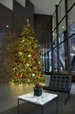 Lumières d'arbre de Noël de lobby de bâtiment d'affaires Photographie stock libre de droits