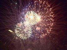 Lumières d'or dans le ciel nocturne ou le feu d'artifice de festival Photographie stock