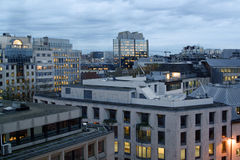 Lumières d'immeuble de bureaux de ville Photographie stock libre de droits
