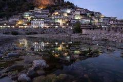 Lumières de Berat sur des maisons se reflétant en rivière ci-dessous images stock