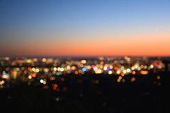Lumières de Bokeh d'une ville au coucher du soleil photographie stock libre de droits