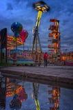 Lumières de carnaval sur le bord de mer la nuit photographie stock libre de droits