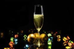 Lumières de Champagne et de Noël sur le noir images libres de droits
