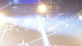 Lumières de concert Effets de la lumière sur une étape de concert la nuit banque de vidéos