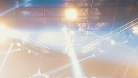 Lumières de concert Effets de la lumière sur une étape de concert la nuit clips vidéos