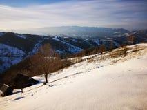 Lumières de coucher du soleil d'hiver au-dessus des collines images stock