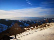 Lumières de coucher du soleil d'hiver au-dessus des collines photographie stock libre de droits