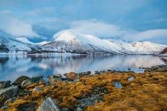 Lumières de coucher du soleil dans un fjord près de tromso image libre de droits
