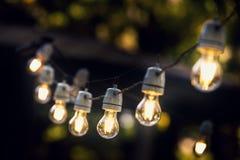 Lumières de ficelle de partie accrochant dans une ligne Photographie stock libre de droits