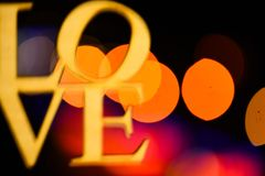 Lumières de guirlande colorée defocused en tant que beau fond Concept de vacances Décoration de vacances de Noël avec le mot Images libres de droits