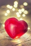 Lumières de guirlande et coeur rouge Images stock
