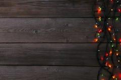 Lumières de guirlande de Noël sur le fond gris, l'espace de copie image libre de droits