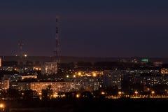 Lumières de la ville de nuit avec une tour de télévision photographie stock libre de droits