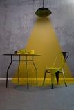 Lumières de lampe sur la chaise et la table photo stock