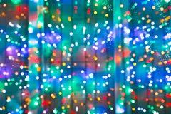 Lumières de Noël brouillées sur la fenêtre Image libre de droits