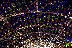 Lumières de Noël colorées rougeoyantes sur b image stock