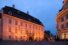 Lumières de Noël de nuit de Sibiu de musée de palais Images stock