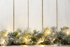 Lumières de Noël et branche de sapin Photographie stock