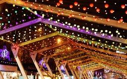 Lumières de Noël et guirlandes d'ampoule sur les rues de ville Décoration de nouvelle année et de Noël image stock