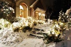 Lumières de Noël neigeuses de la maison photo libre de droits