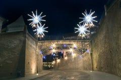 Lumières de Noël sur la rue et la passerelle à Sibiu Photos libres de droits