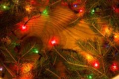 Lumières de Noël sur le fond en bois Photographie stock libre de droits