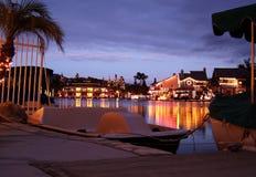 Lumières de Noël sur le lac vu du dock de bateau Images stock