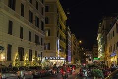 Lumières de Noël sur une rue la nuit à Rome, Italie Photos stock