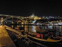 Lumières de nuit dans des bateaux de port de Porto Images stock