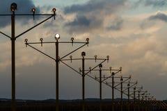 Lumières de piste d'aéroport au crépuscule Photos stock