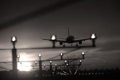 Lumières de pistes d'atterrissage d'aéroport, silhouette photographie stock