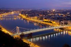 Lumières de pont d'Erzsébet Image libre de droits