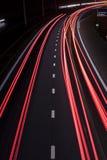 Lumières de queue de route la nuit images stock