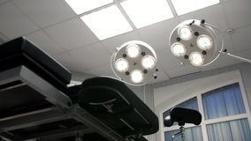Lumières de rotation dessus dans la salle d'opération photos libres de droits