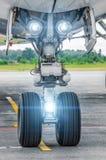 Lumières de train d'atterrissage d'avions et de projecteurs d'atterrissage dessus Photos libres de droits