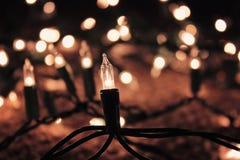 Lumières de vacances de Noël avec le fond brouillé Photographie stock libre de droits