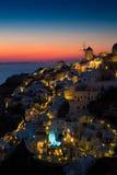 Lumières de village d'Oia la nuit, Santorini, Grèce Images libres de droits