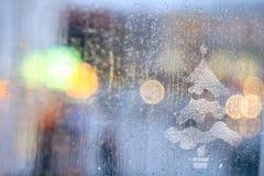 Lumières de ville brouillées par pluie de fenêtre Images stock