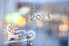 Lumières de ville brouillées par pluie de fenêtre Photos libres de droits